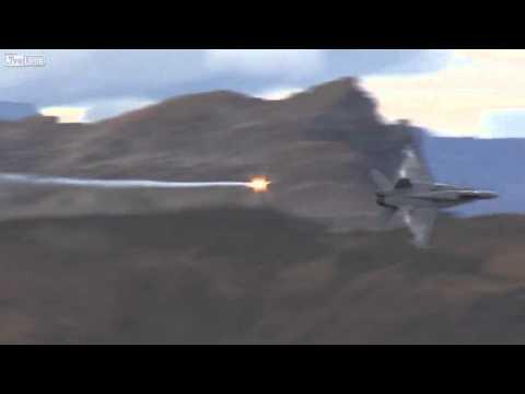 Kenhvideo.com-Mãn nhãn với máy bay chiến đấu bay và bắn đạn