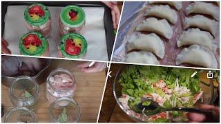 Готовлю тушенку, вареники из готового теста, сочный крабовый салат.