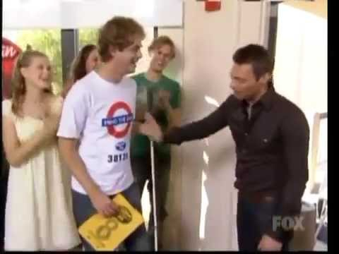 Ryan Seacrest trying to high five a blind guy / High five fail