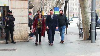 """Neus Truyol, recibida en el Juzgado por animalistas al grito de """"dimisión"""""""
