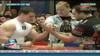 Campeón de pulsos humilla a un ciclado