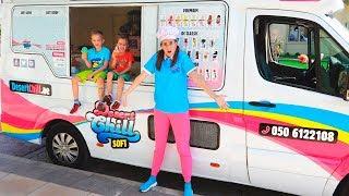 Vlad và Nikita trong xe tải kem của mẹ