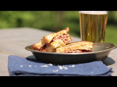 Grilled-Cheese à la viande fumée, dijonnaise aux trois moutardes et cornichon - Recettes LE must