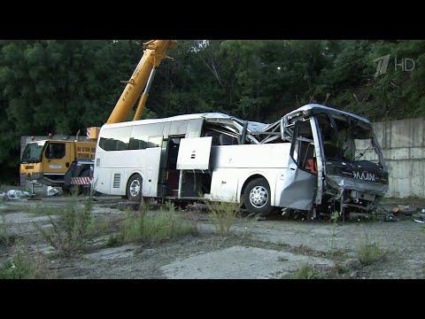 Появилось видео страшной аварии с участием туристического автобуса и внедорожника под Новороссийском