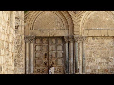 شاهد: مسيحيو القدس في زمن كورونا.. غصن الزيتون يصل البيوت في أحد الشعانين…