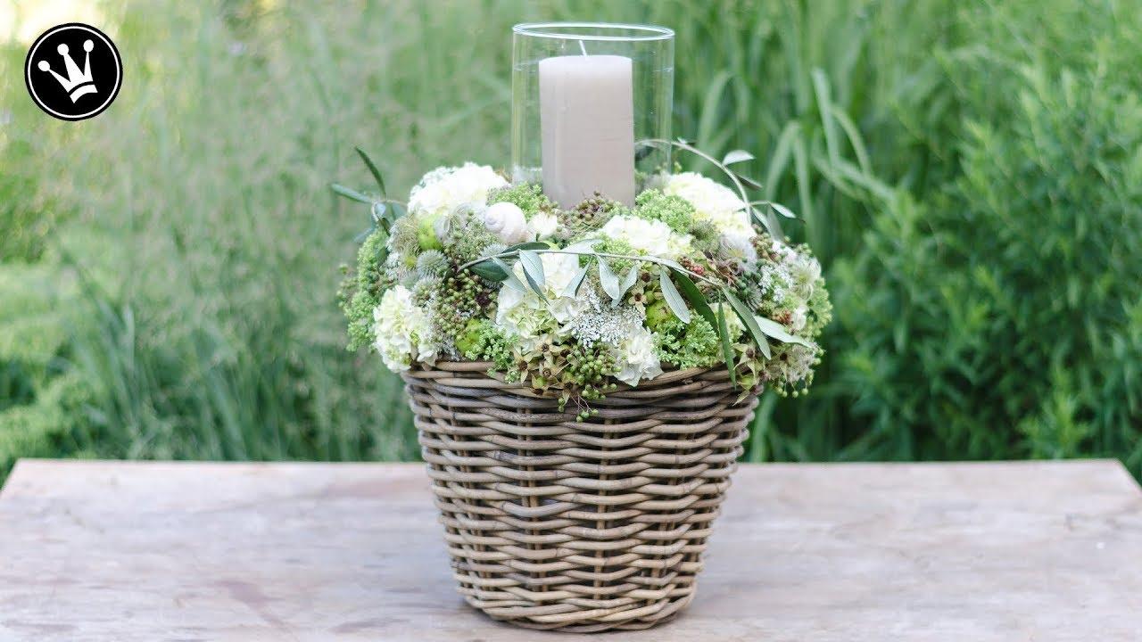 diy windlicht mit hortensien beeren und bl ten im korb. Black Bedroom Furniture Sets. Home Design Ideas