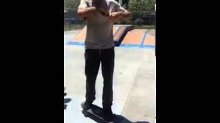 Дедуля показывает класс на скейтборде