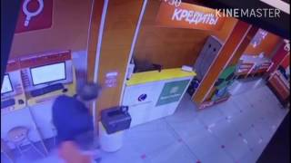 Владивосток. Драка двух кредитных специалистов в магазине бытовой техники 'Технопоинт'.