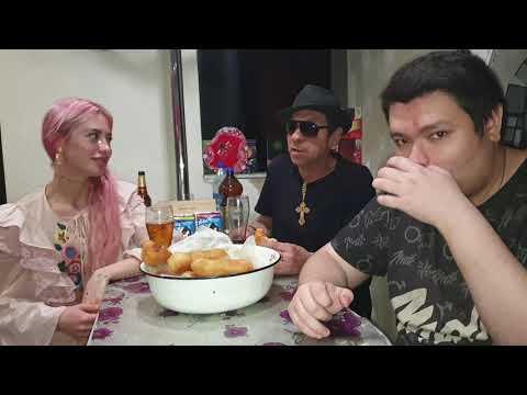Ужинаем с Аней и Батей пирогами с сосисками в 20:30 вечера