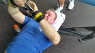 Einblick ins Brust-Bizeps-Training mit 20-30 Wdh im FitX Berlin-Alexanderplatz