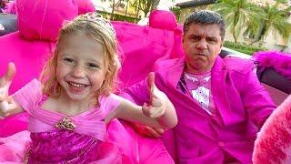Nastya và cha ăn mặc cho một bữa tiệc màu hồng