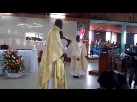 La danse d'un prêtre ivoirien en pleine messe enflamme Internet