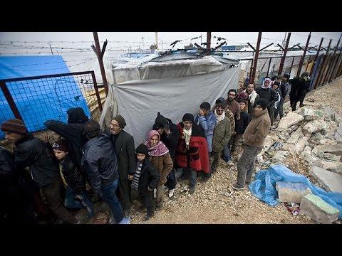 Беженцы из Сирии ждут на границе, когда их пропустят в Турцию