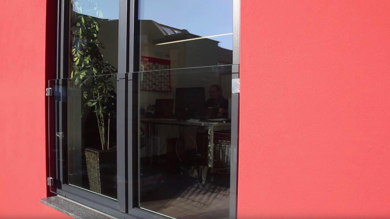 Franzosischer Balkon Aus Glas Als Absturzsicherung Vor Dem Tief Sitzenden Fenster