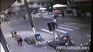 Vídeo mostra o momento em que carro invade calçadão, em Lages, e atropela várias pessoas
