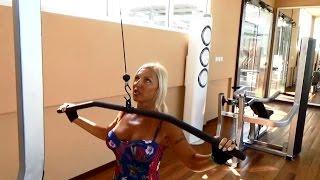Прорабатываем мышцы спины на тренажере: тренировка с Еленой Санжаровской