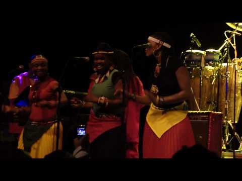 Lucky Dube Celebration Tour 2010 - It's not easy (LIVE PAARD - DEN HAAG)