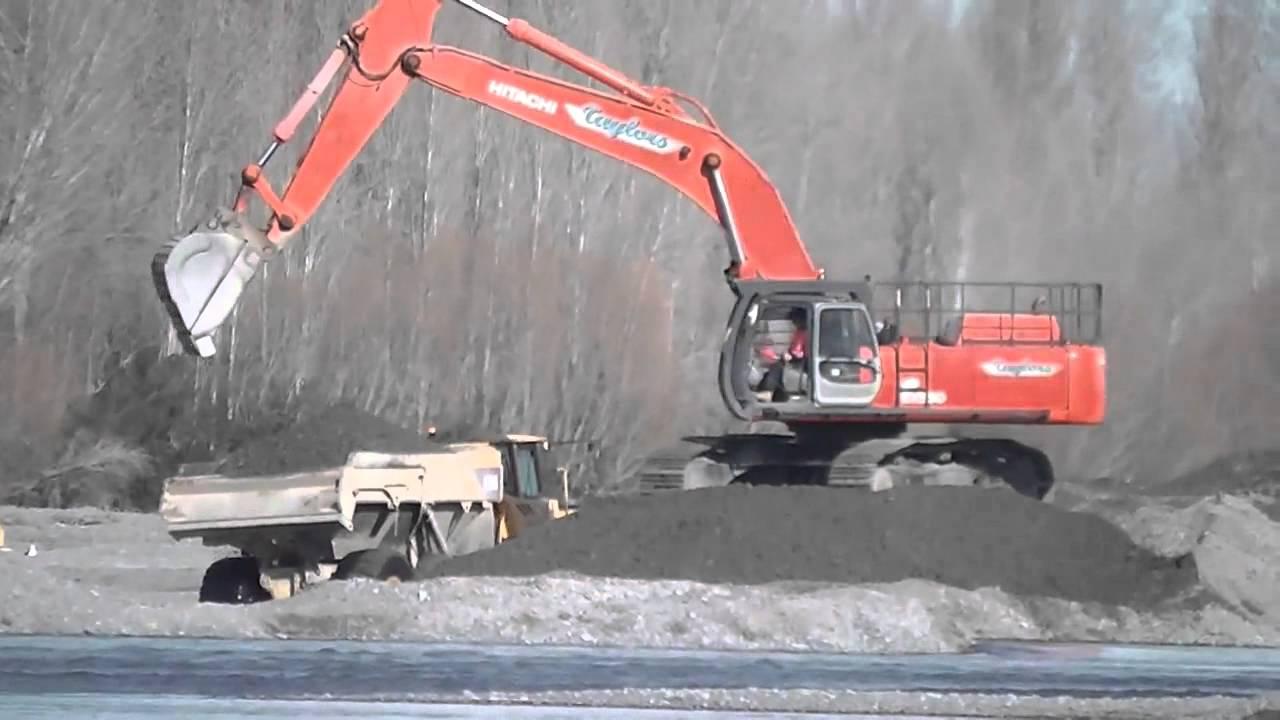 Hitachi EX550 Excavator loading Volvo dump trucks. - YouTube
