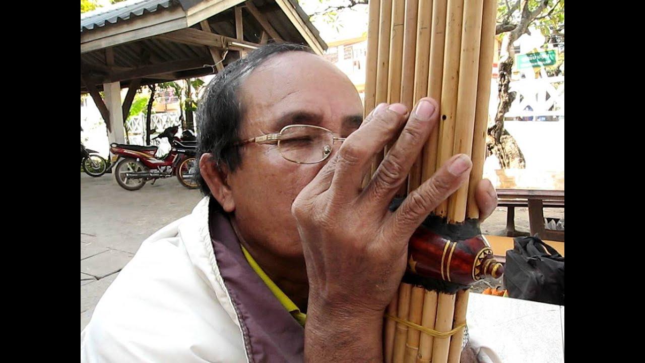 Khaen Master Nouthong Phimvilayphone playing Lotfai talang ... |Sep Nyai Instrument