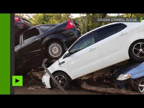 Des dizaines de voitures empilées les unes sur les autres à la suite d'une coulée de boue en Crimée