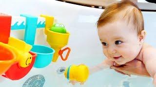 Бьянка и игрушки в ванне. Видео для детей Привет, Бьянка