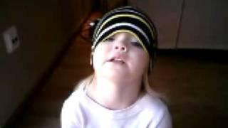 Eliza 2 år sjunger Å vi e AIK