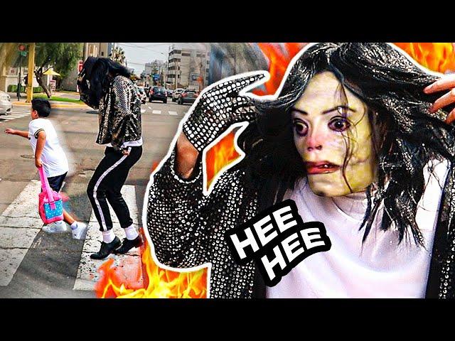 El Ayuwoki bailando y asustando a la gente en la calle! HEE HEE