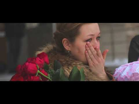 Самая красивая и душевная выписка из роддома зимой, мама плакала а папа приготовил сюрприз - Видео приколы ржачные до слез