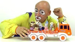 Vídeos para niños. Payaso Andrés juega con camiones. thumbnail