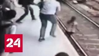 В Индии девушка с телефоном и в наушниках не заметила поезд