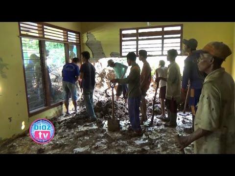 hujan-2-jam,-rumah-warga-watulimo-jebol-dihantam-tebing-longsor---bioz.tv