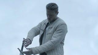 """King Arthur - Il potere della spada - Clip dal film """"Con due mani"""""""