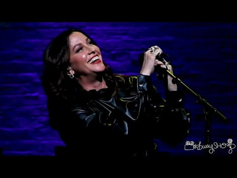 "Alanis Morissette Sings ""Head Over Feet"" At The Apollo"