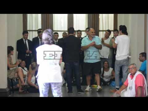 Trabajadores protestan dentro de la Municipalidad de La Plata