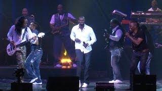 Omar Sy refait la danse de Intouchables sur scène avec Earth Wind and Fire - 12/07