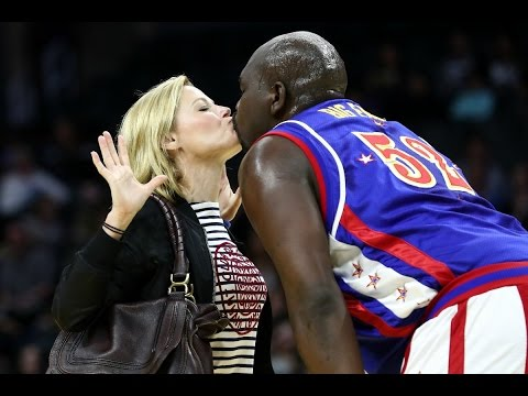 Julie Bowen Kisses Harlem Globetrotter