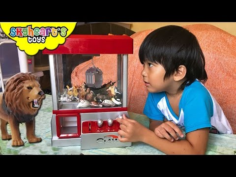 Toddler Playing The CLAW With Animals For Kids - Lion, Tiger, Elephant, Takara Tomy Animal Toys