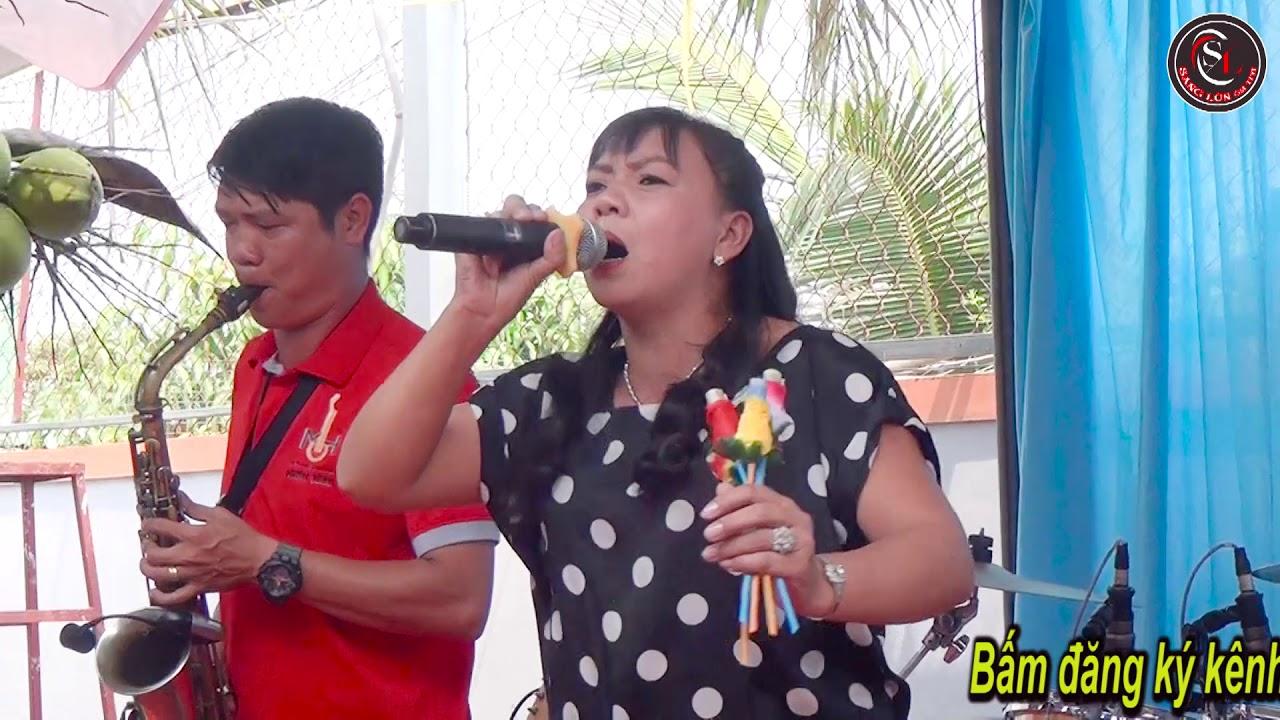 Cô ấy vui quá, Vừa hát vừa nhãy quá điêu luyện luôn. không thua gì ca sĩ chuyên nghiệp.