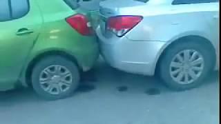 Собрал 3 машины во дворе,авария...