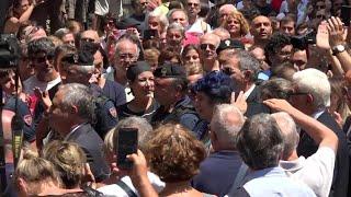 L'applauso ai funerali di De Crescenzo a Napoli: la folla grida