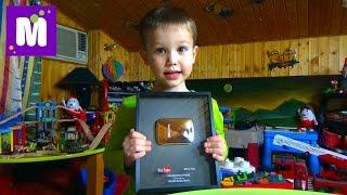 Кнопка YouTube 100 000 подписчиков показываем игрушки в игровой