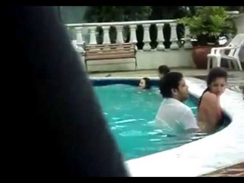 Couple dans la piscine youtube for Piscine youtube