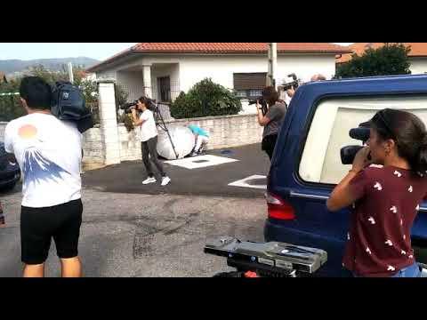 Asesinato en Valga: coches fúnebres saliendo del lugar del crimen