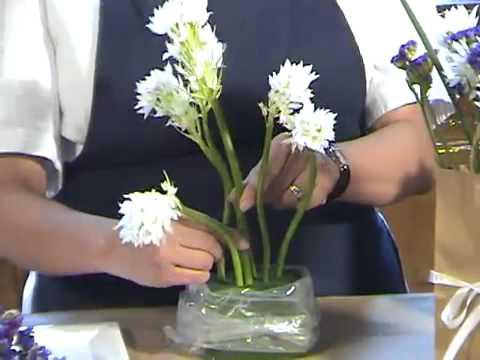 C mo hacer un arreglo con flores en una sencilla bolsa de for Arreglos de rosas sencillos