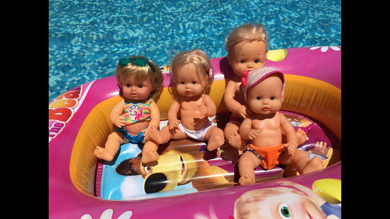 bebe nenuco lola toma el sol y juega en la piscina