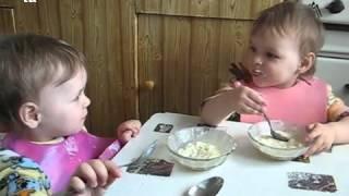 Девочки кушают