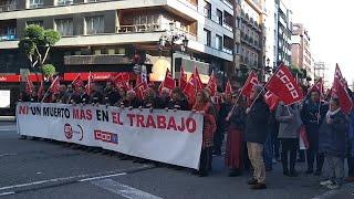 Concentración de UGT y CCOO después del último fallecido en accidente laboral en Asturias