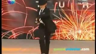 он заставил встать весь зал шикарный танец