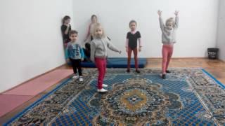 Малыши учатся делать колесо