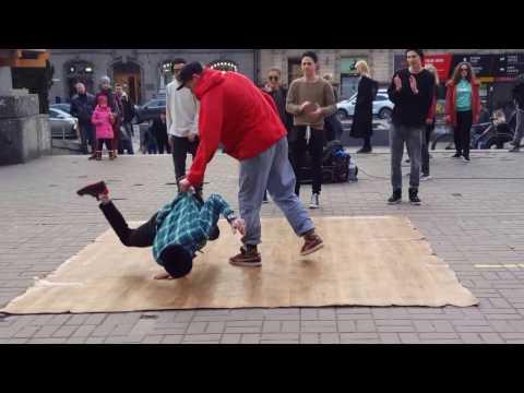 Видео: Брейк да нс  балт . На Крещатике. Best Breakdance Ever CompilationЗрелищная битва танцоров